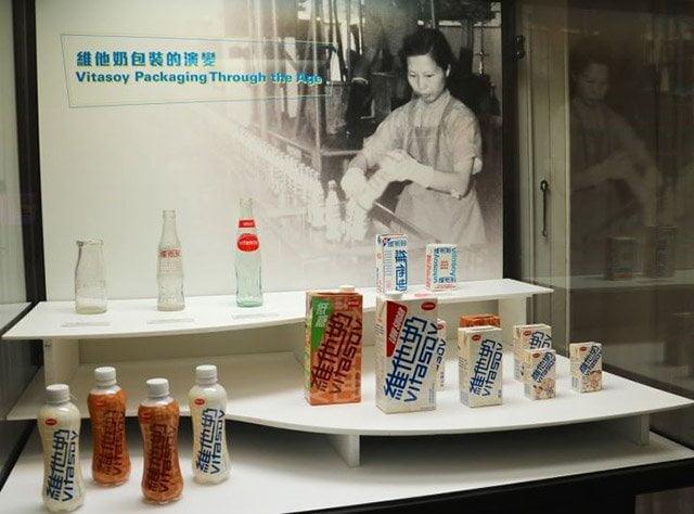 維他奶包裝的變化:玻璃瓶、紙盒裝、鋁罐、塑膠瓶  (圖片來源:網絡)