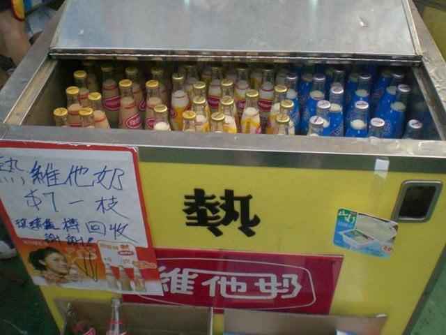 加熱水箱內的玻璃瓶裝維他奶  (圖片來源:網絡)