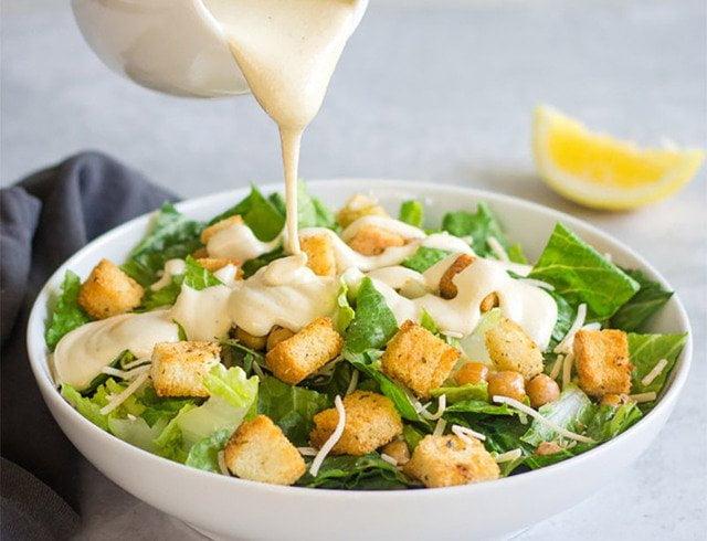 其實凱撒沙拉的熱量一點也不低,減肥人士可別加太多凱撒沙拉醬哦。