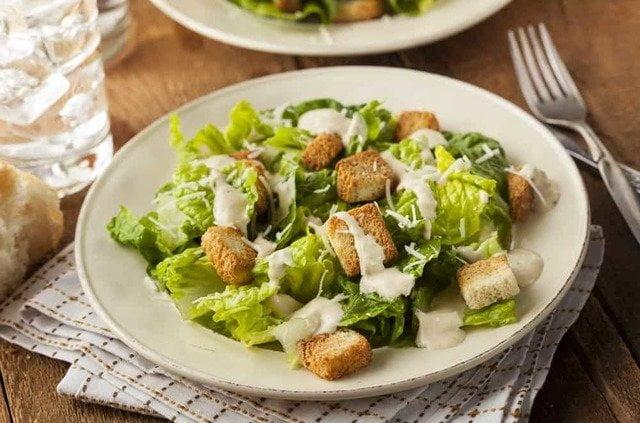 凱撒沙拉最標誌性的特色是加入香脆的麵包粒