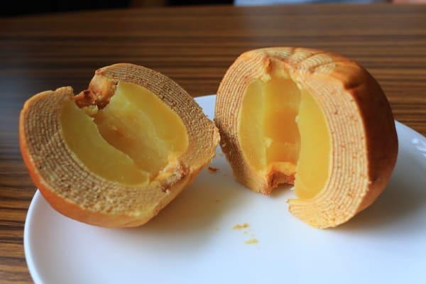 切開一半的蘋果年輪蛋糕