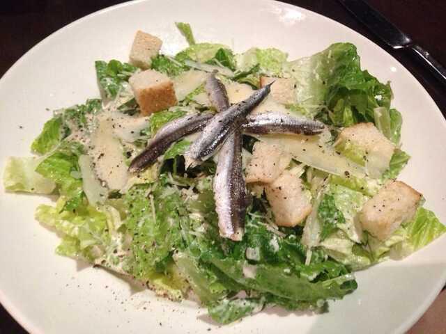 加入鳳尾魚的凱撒沙拉