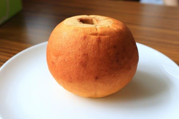 拆開包裝後,完整的蘋果年輪蛋糕