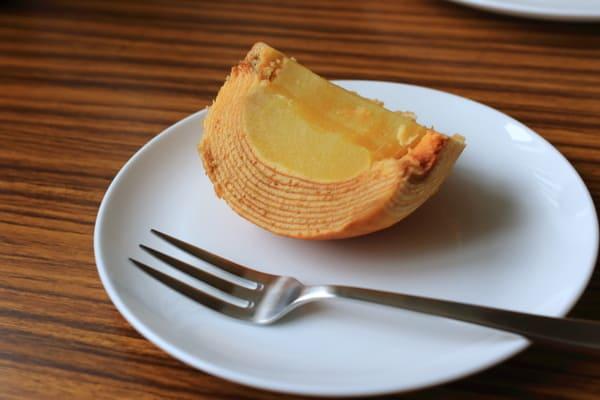 擺在盤子上的蘋果年輪蛋糕