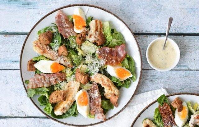 加入烤雞肉、培根和熟雞蛋的豐盛凱撒沙拉