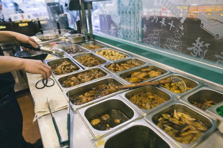 車仔麵店家都會提供多款配菜讓客人們選擇。